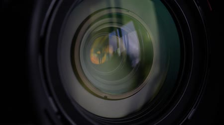 фокус : Close-up of a photographic lens zooming Стоковые видеозаписи