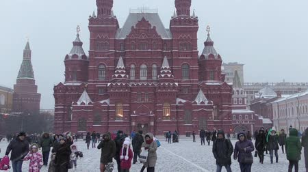 ruský : The State Historical Museum, people walk through red square on a winter evening Dostupné videozáznamy