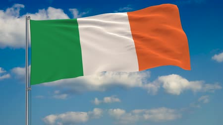 флагшток : Flag of Ireland against background of clouds floating on the blue sky. Стоковые видеозаписи