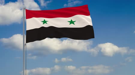 damasco : Flag of Syria against background of clouds floating on the blue sky. Vídeos