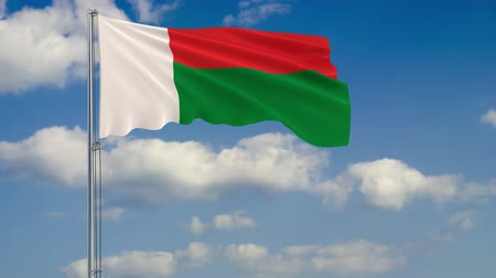 madagaskar : Flag of Madagascar against background of clouds floating on the blue sky. Dostupné videozáznamy