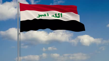 стандарт : Flag of Iraq against background of clouds floating on the blue sky