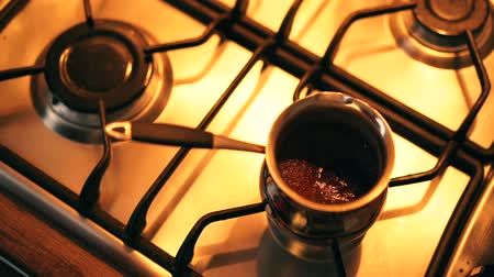 kuchenka : Fresh black coffee boiling in the pot