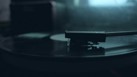 винил : Old vintage good looking turntable playing a track with vinyl. 4k Uhd. Close-up. Cinematic footage.