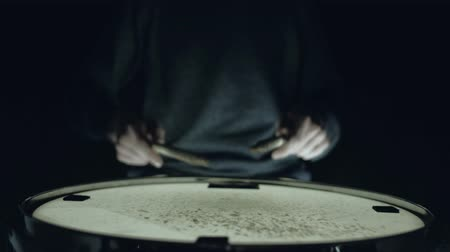 strik : drummer plays practice loops on a snare drum, home lesson training Stockvideo