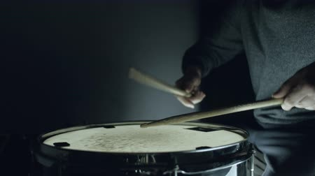 tambor : the drummer plays with sticks on a snare drum, home lesson training