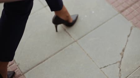 vysoký : Fashion woman walking on the street on high heels, close up of female legs on pavement