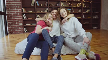 amigos : Close up of three hipster teen friends smiling and hugging in slow motion Vídeos