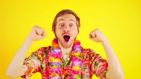 гавайский : Happy lucky tourist man in hawaiian shirt having fun Стоковые видеозаписи