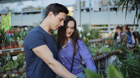 florista : Young couple buying flowers at a garden shop