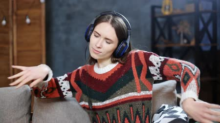 auricolare : Portrait of a young teen girl with headphones listening music and dancing