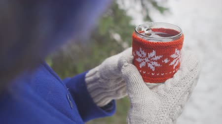pletený : Woman hands in woolen mittens holding a cup with hot tea Dostupné videozáznamy