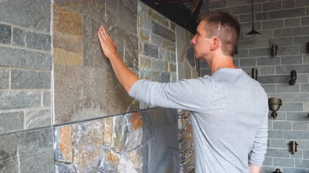 csempe : Man customer choosing natural stone tile in construction store
