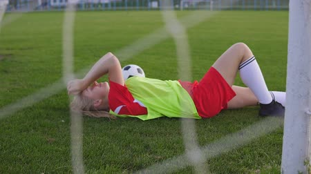 scopo : A tired football player is taking rest after the game.