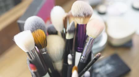 orde en netheid : Set of professional makeup brushes and tools on a table