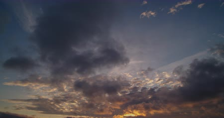 Time-lapse light stretched clouds over evening sky. Стоковые видеозаписи