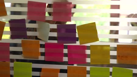 post it : Creatieve business brainstormen ideeën en concepten Stockvideo