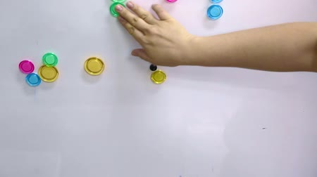 szervez : hand categorise colourful magnet on magnetic board Stock mozgókép
