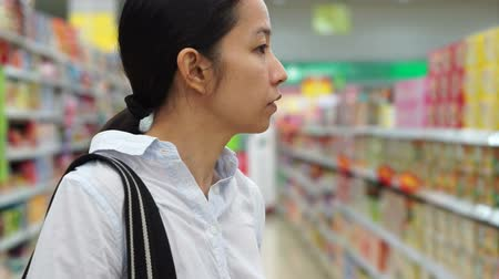 супермаркет : Asian girl, woman shopping snacks in supermarket