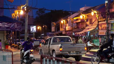 subúrbio : Roundabout in suburban Thailand. Local town usual traffic at evening Stock Footage