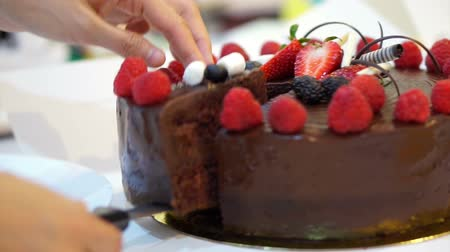 biszkopt : cutting sticky chocolate cake with fresh strawberries and berries