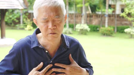 choroba : Senior Asian man having heart attack, chest pain Wideo