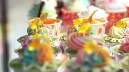 queque : Variety of colourful cupcakes Vídeos