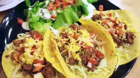 meksika : Soft Taco shells filled with mince meat, coriander and salsa on plate with salad