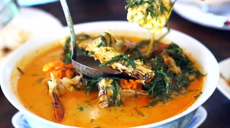 crustáceo : Thai cuisine, Seafood blue crab with spicy coconut curry soup and vegetable Vídeos