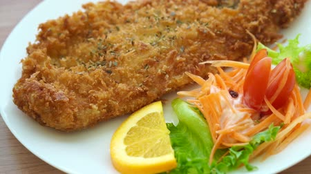 filet : Video von Fried ramponierte Fisch und bunten Salat