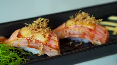 comida japonesa : Seared salmon nigiri sushi with cheese and mayonnaise decoration in Japanese cuisine