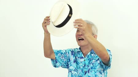 havaiano : Asian senior man wearing blue hawaii shirt and hat. Ready to go vacation