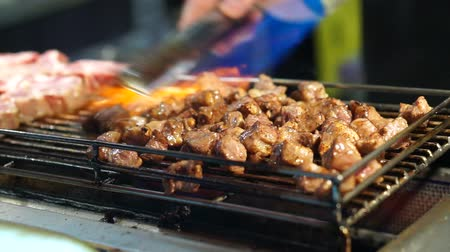 méz : Beef steak dice cooking and flamed on bbq grill oven. Street food vendor in Taiwan