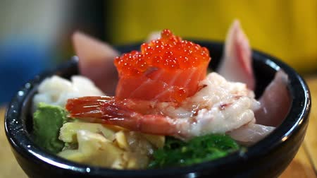 sararmış : Japanese gourmet sashimi over rice bowl. Chirashi Assorted seafood Stok Video