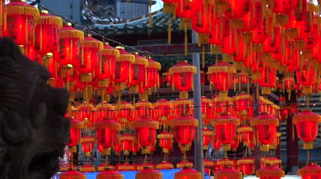 ano novo chinês : HD video of Thousand of Chinese red lanterns. Illuminate lamps to celebrate Chinese New Year. Beautiful night scene of temple in Taiwan