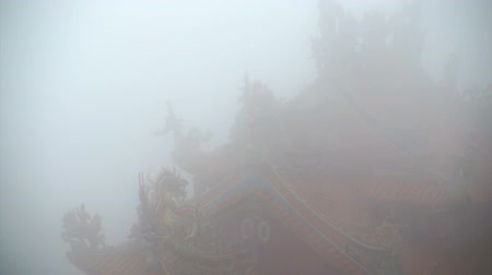 spiritueel : Video van de Chinese tempel rode lantaarns schijnt in de mist. Mysterieus en spirituele architect abstract