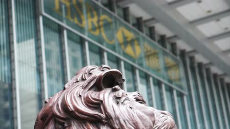 pinturas : Hong Kong - April 2016: Lion statue at the entrance of HSBC Bank head quarter Tower in Central District, Hong Kong. Stock Footage