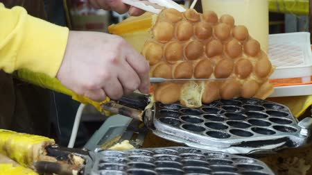 вафельный : Making of Hong Kong old style honey comb waffle. Freshly make at the shop with steel mole