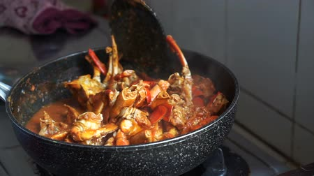 перец чили : Cooking Singaporean signature dish, Chilli crab. Popular seafood dish