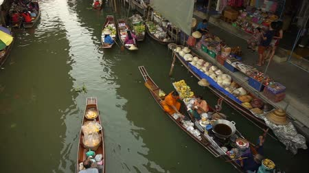 плавающий : Damnoen Saduak, Thailand - April 2016: View of floating market canal best tourist landmark of Thailand.