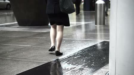cortes : Asian pedestrians walking through rain in business district area on wet floor Vídeos