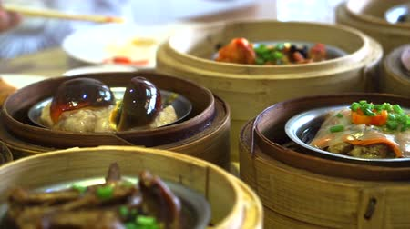 bamboo steamer : Chinese traditional food, steamed dim sum, yum cha in bamboo tray