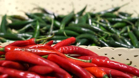 перец чили : Red and green chili peppers selling in supermarket different basket Стоковые видеозаписи