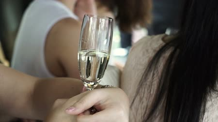 šampaňské : Women hands holding champagne glasses in party