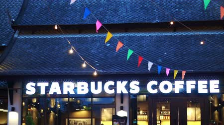 franczyza : Chiangmai, Thailand - 6 September 2016: Starbucks coffee illuminate sign with classic Thailand architecture lighting and festival decoration Wideo