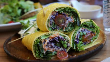 baixo teor de gordura : Egg wrap low carb salad, ketogenic, paleo diet 4K