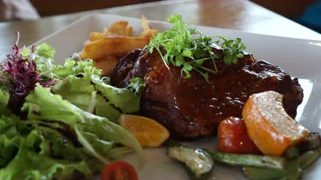 baixo teor de gordura : Short Ribs barbecue salad with fries 4k