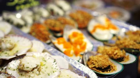 süteményekben : Fresh scallops and mussels grill with cheese and other topping in fish market street food