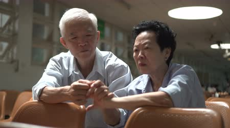 terapi : Asian senior couple encourage each other after medical result at hospital Stok Video