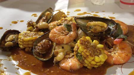 midye : Seafood bucket boil in new orleans spice sauce eating with hand 4k